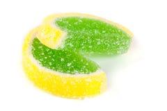 Jaleas coloridas como rebanadas de limón y de naranja aislados en el fondo blanco Imagen de archivo libre de regalías