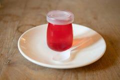 Jaleas rojas en las botellas de cristal imagen de archivo libre de regalías