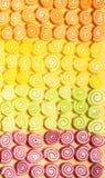 Jaleas y dulces coloridos de los caramelos en el fondo de madera imagenes de archivo