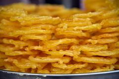 Jalebi är en populär indisk efterrätt som göras med &sugar sirap för mjöl royaltyfri fotografi