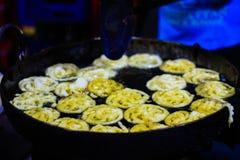 Jalebi un plat doux indien étant fait frire en sirop de sucre dans un grand récipient photo libre de droits