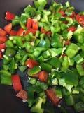 Jalenpeños rote Pfeffer der grünen Paprikas sautéed mit Olivenöl Stockfoto