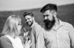 Jaloers concept Mens met baard jaloerse agressief omdat meisje geinteresseerd in knappe voorbijganger Voorbijganger het glimlache royalty-vrije stock foto's