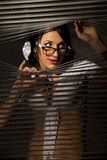 jalousie наблюдает женщиной щели стоковое изображение