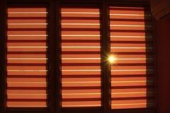 Jalousie moderno dia e noite horizontal Raio ensolarado que faz sua maneira através das cortinas Fotografia de Stock Royalty Free
