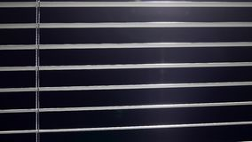 Jalousieglanzlicht, wenn sie geöffnet und geschlossen sind Schwarzer Hintergrund stock video