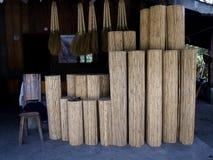 Jalousien hergestellt vom Rattan und von den Besen Stockfotografie