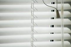 Jalousien machen mit Sonnenstrahl blind Lizenzfreies Stockbild