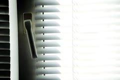 Jalousien machen mit Sonnenstrahl blind Lizenzfreie Stockfotografie