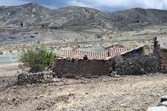 Jalq-` ein Mädchen, das heraus vom Dach ihres Hauses des luftgetrockneten Ziegelsteines schaut Lizenzfreie Stockbilder