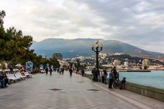 JALTA, RUSSLAND - 21. MÄRZ 2011: Leutespaziergang entlang Jalta-Damm Stockfotografie