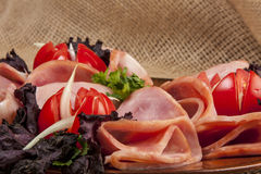 Jamón con los tomates y la ensalada Foto de archivo libre de regalías