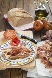 Jamón con pan, el tomate, el ajo y el aceite de oliva imágenes de archivo libres de regalías