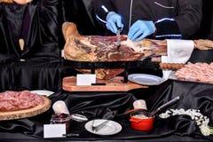 Jamón de la carne asada de Carving Slices Of del cocinero fotos de archivo