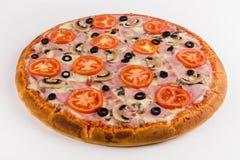 Jamón de la pizza, setas, tomates en un fondo blanco fotografía de archivo libre de regalías