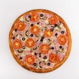 Jamón de la pizza, setas, tomates en un fondo blanco Visión superior fotos de archivo