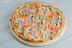 Jamón de la pizza y seta y tomates calientes imagen de archivo