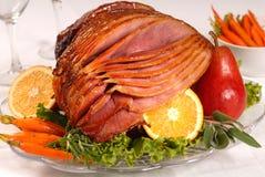 Jamón de Pascua con las zanahorias, las hierbas y la fruta Imagen de archivo