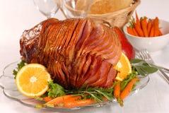 Jamón esmaltado miel de Pascua con las zanahorias Foto de archivo