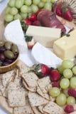 Jamón, microprocesadores y galletas, aceitunas, uvas, fresas y queso Fotografía de archivo