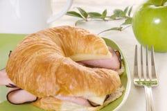 Jamón y queso en el Croissant con acentos verdes fotos de archivo libres de regalías