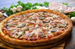 Jamón y setas de la pizza Foto de archivo libre de regalías