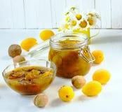 Jam met abrikozen en okkernoten Stock Foto