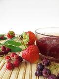 Jam met juneberries en aardbeien Stock Foto's