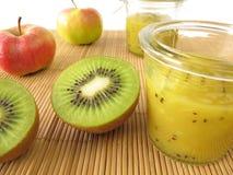 Jam met kiwifruit en appel Stock Foto