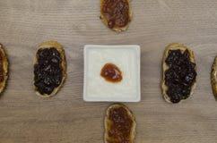 Jam op boterhammen met yoghurt in kom Royalty-vrije Stock Fotografie