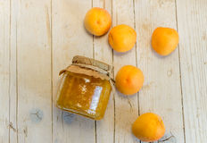 Jam van abrikozen en perziken, en een paar rijpe vruchten Stock Foto