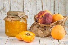 Jam van abrikozen en perziken, en een paar rijpe vruchten Gezond e Royalty-vrije Stock Foto
