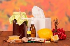 Jam, viburnum en citroen voor thee, medicijnen op de lijst stock afbeelding