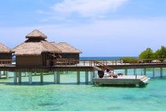 Jamaïca over de waterbungalowwen stock afbeeldingen