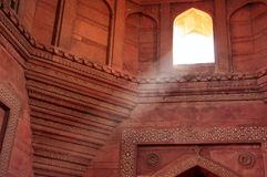 Jama Masjid内部与来通过的光柱的 免版税库存照片
