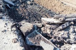 Jama na drodze Kopiący w górę asfaltu zdjęcia stock