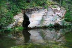 Jama w piaskowcowych wychodach Ahja rzeka Obraz Stock