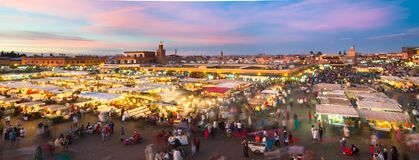 Jamaa el Fna日落的集市广场,马拉喀什,摩洛哥,北非 免版税库存照片