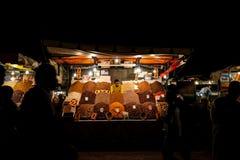 Jamaa el Fna marknadsfyrkant efter m?rker i Marrakesh, Marocko, arkivfoton