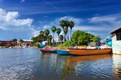 jamaica Barcos nacionais no rio preto fotografia de stock royalty free