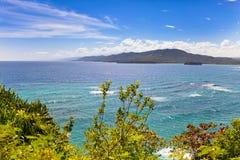 Jamaika. Das Meer am sonnigen Tag und an den Bergen. Lizenzfreie Stockfotografie