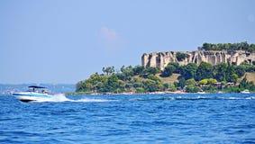 Jamajka plaża Di Catullo i Grotte rujnujemy Jeziornego Gardę Północny Włochy zdjęcia stock