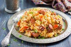 jambalaya Kryddiga ris med den rökt korven och röd peppar Arkivfoto