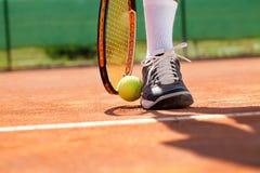 Jambe avec la boule et la raquette de tennis Photos stock