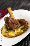 Jambe braisée d'agneau en sauce au jus de menthe et de romarin, avec la purée Photos stock