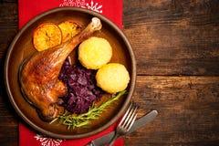 Jambe croustillante d'oie avec le chou rouge et les boulettes braisés Image stock