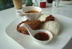 Jambe cuite à la friteuse de canard avec la portion thaïlandaise de cari de rouge de style avec du riz blanc image stock