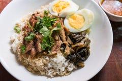Jambe cuite de porc sur le riz sur la table en bois Images libres de droits