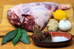 Jambe d'agneau avec des ingrédients de marinade image stock