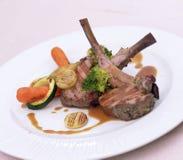 Jambe d'agneau avec des légumes Photo libre de droits